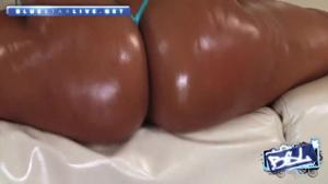 Мулатка трясет аппетитной попкой - скриншот #13