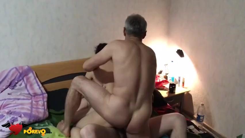 Взрослые мужики ебут телку