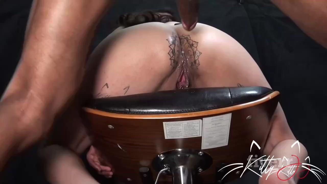 Ебля шмары в татуированный анус