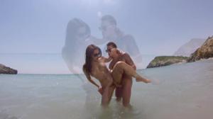 Итальянская чика ебется на пляже - скриншот #11