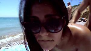 Итальянская чика ебется на пляже - скриншот #18