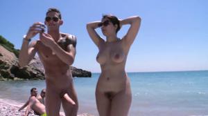 Итальянская чика ебется на пляже - скриншот #9