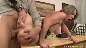 Трах секретарши на столе в интересной позе - скриншот #18