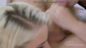 Блондинки жополизки ублажают чувака - скриншот #10