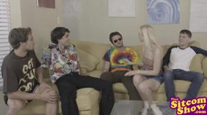 Блондинка по-очереди трахнулась с друзьями брата - скриншот #2