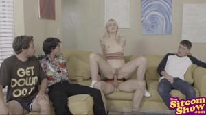 Блондинка по-очереди трахнулась с друзьями брата - скриншот #4