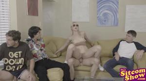 Блондинка по-очереди трахнулась с друзьями брата - скриншот #7