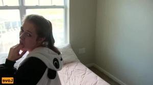 Молодая шлюшка в костюме панды трахнута в киску - скриншот #5
