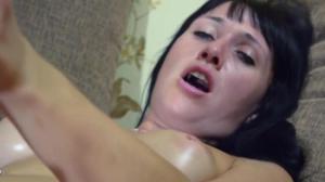 Брюнетка довела себя до оргазма - скриншот #17