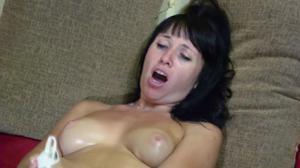 Брюнетка довела себя до оргазма - скриншот #8
