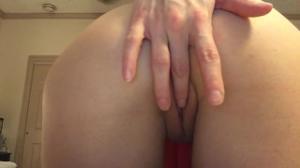 Отлично дрочит свою попку и вагину - скриншот #2