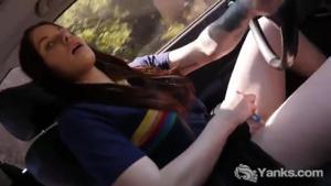 Американка мастурбирует за рулем - скриншот #16