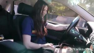 Американка мастурбирует за рулем - скриншот #5