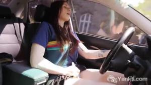Американка мастурбирует за рулем - скриншот #8