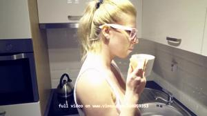 Блондинка ходит по дому с голыми сиськами - скриншот #5