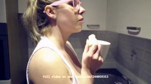 Блондинка ходит по дому с голыми сиськами - скриншот #7