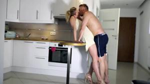 Мужчина отвафлил жену на унитазе и поцеловал - скриншот #1