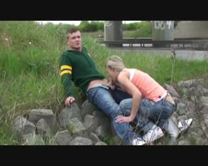 Любительница экстрима отсосала пенис приятеля возле железной дороги - скриншот #10
