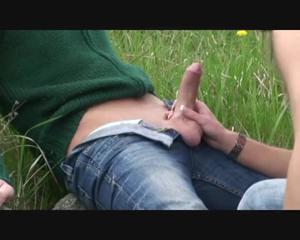 Любительница экстрима отсосала пенис приятеля возле железной дороги - скриншот #12