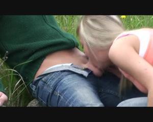 Любительница экстрима отсосала пенис приятеля возле железной дороги - скриншот #13