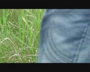 Любительница экстрима отсосала пенис приятеля возле железной дороги - скриншот #14
