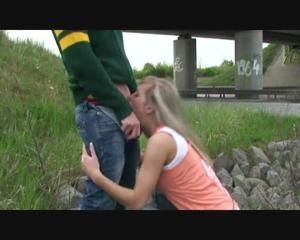 Любительница экстрима отсосала пенис приятеля возле железной дороги - скриншот #15