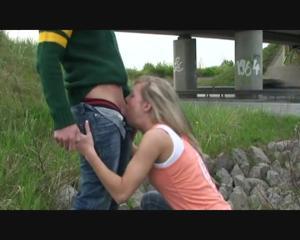 Любительница экстрима отсосала пенис приятеля возле железной дороги - скриншот #17