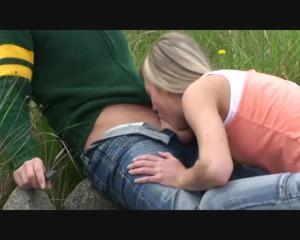 Любительница экстрима отсосала пенис приятеля возле железной дороги - скриншот #4