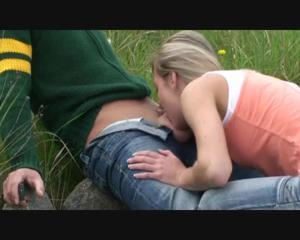 Любительница экстрима отсосала пенис приятеля возле железной дороги - скриншот #5