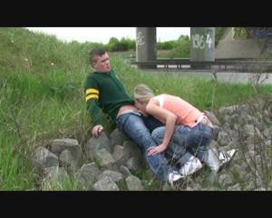 Любительница экстрима отсосала пенис приятеля возле железной дороги - скриншот #9