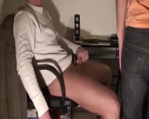 Блондинка пососала дрочившему у компа парню - скриншот #1