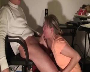 Блондинка пососала дрочившему у компа парню - скриншот #3
