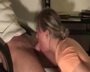 Блондинка пососала дрочившему у компа парню - скриншот #5