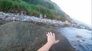 Брюнетка отсасывает в море - скриншот #14
