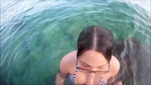 Брюнетка отсасывает в море - скриншот #4