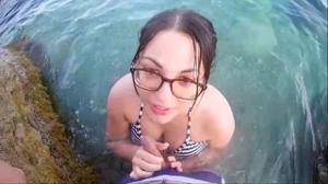Брюнетка отсасывает в море - скриншот #7