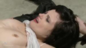 Наглая девушка дает лизать знакомой за долги - скриншот #3