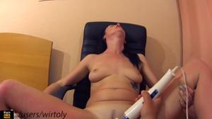 Испытывает оргазмы с анальной пробкой - скриншот #15