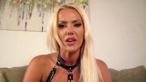 Силиконовая блондинка в кожаном костюме показала ненастыную манду на камеру - скриншот #4