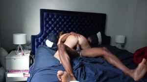 Стройная американка кувыркается в кровати с негритосом - скриншот #16