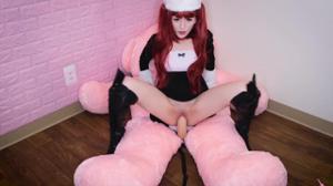 Рыжая девушка скачет на плюшевом мишке - скриншот #10