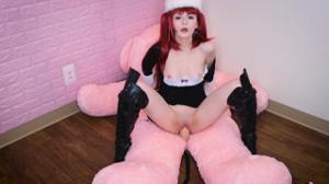 Рыжая девушка скачет на плюшевом мишке - скриншот #11
