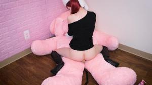 Рыжая девушка скачет на плюшевом мишке - скриншот #16