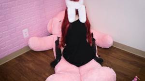 Рыжая девушка скачет на плюшевом мишке - скриншот #19