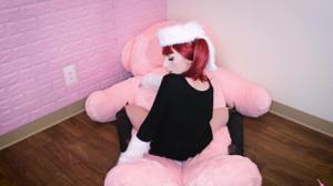Рыжая девушка скачет на плюшевом мишке - скриншот #9