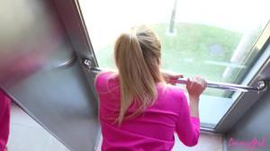 Белокурая красотка застряла с соседом в лифте и чпокалась с ним в письку - скриншот #16