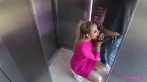 Белокурая красотка застряла с соседом в лифте и чпокалась с ним в письку - скриншот #2