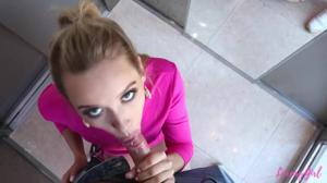 Белокурая красотка застряла с соседом в лифте и чпокалась с ним в письку - скриншот #8