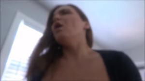 Сисястая милашка потрелась гладкой мандой об член и приняла сперму на большие буфера - скриншот #19