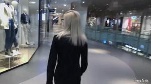 Русская блондинка глотает сперму в примерочной - скриншот #2